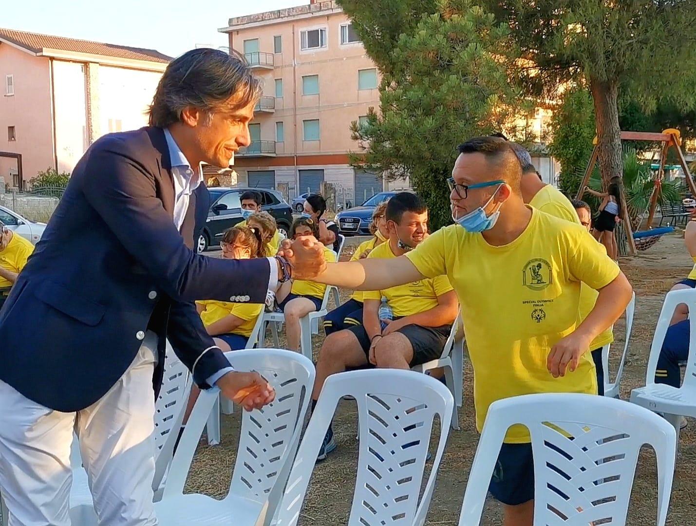 Il sindaco Falcomatà accanto agli Special Olympics