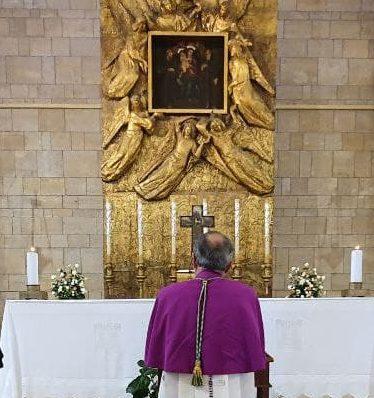 L'arcivescovo Morrone in preghiera davanti alla Madonna della Consolazione