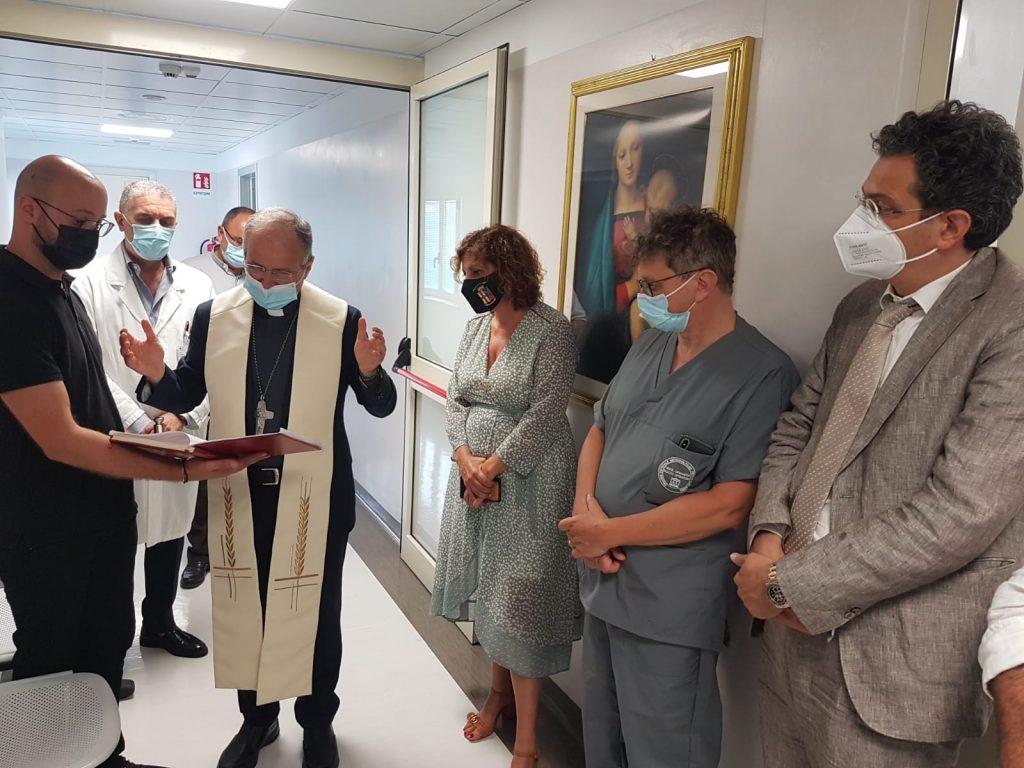 Monsignor Morrone in visita al Gom benedice i  nuovi reparti di gastroenterologia