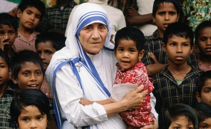 Monsignor Morrone prega con le suore di Madre Teresa